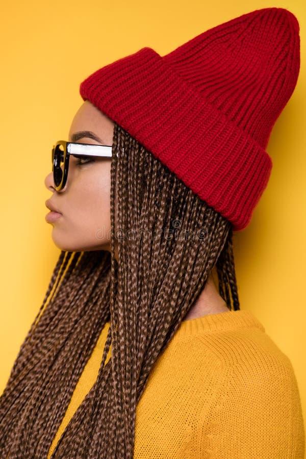 Stående av den trendiga ung flicka fotografering för bildbyråer