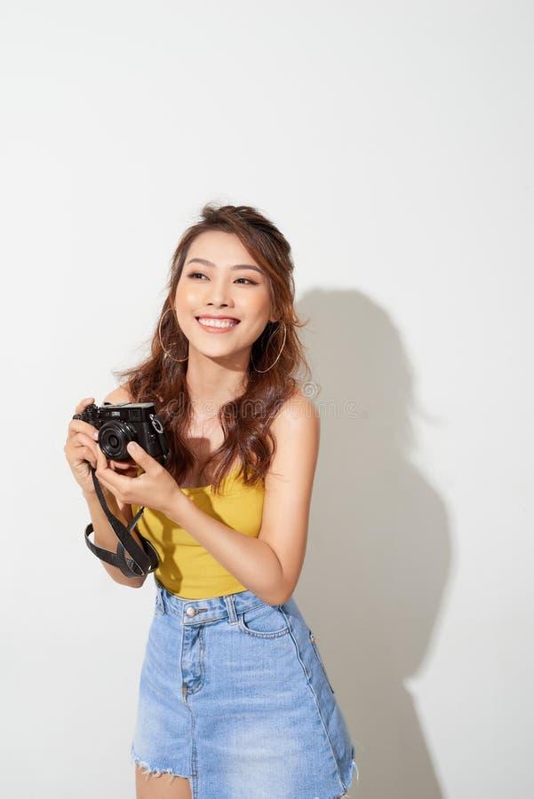 Stående av den trendiga unga fotografen med digitalcamera royaltyfria foton