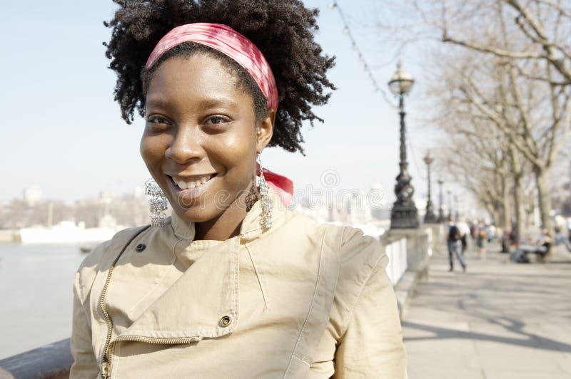 Stående av den turist- kvinnan i London. arkivbild