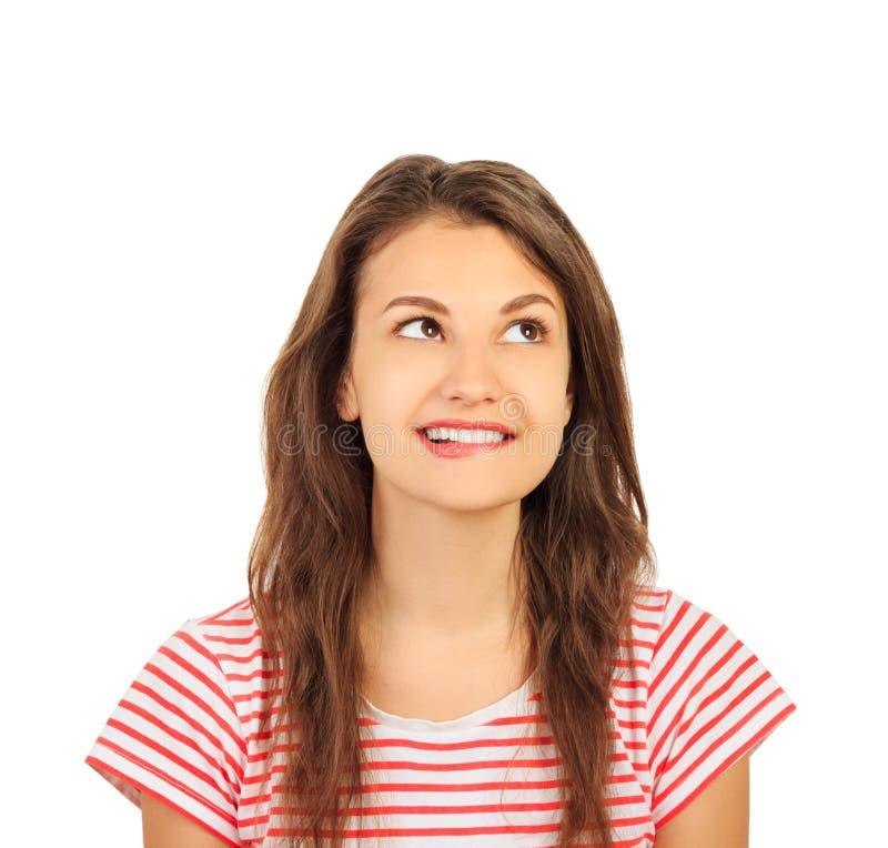 Stående av den tvivelaktigtt seende härliga unga brunetten emotionell flicka som isoleras på vit bakgrund arkivfoton
