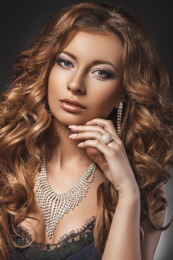 Stående av den underbara unga blonda kvinnan med långt hår som ser kameran blå mörk sexig klänningflicka arkivbilder