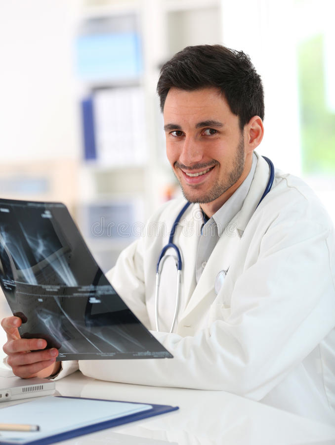 Stående av den undersökande röntgenstrålen för ung docotor arkivbilder