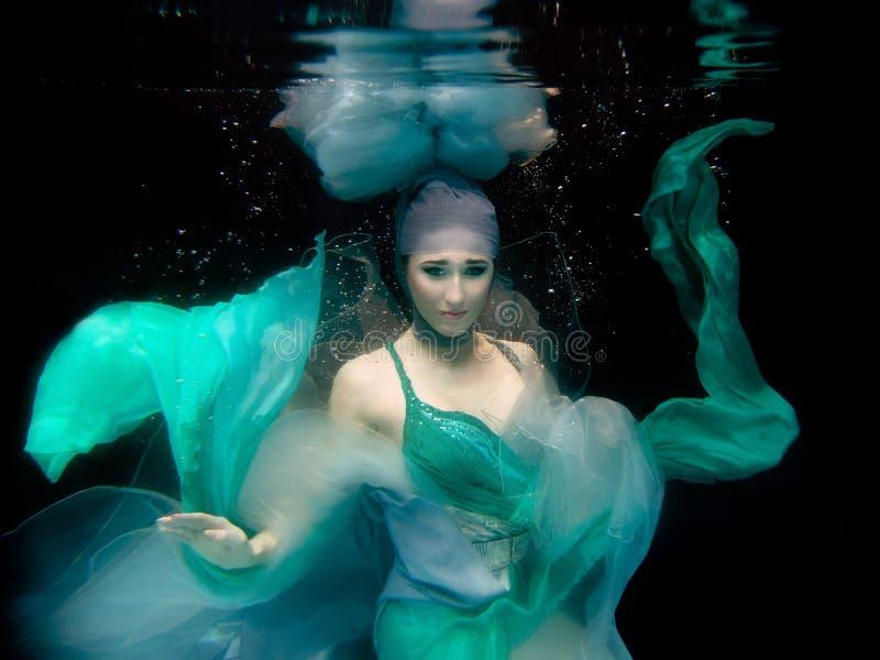 Stående av den undervattens- härliga flickan arkivbilder