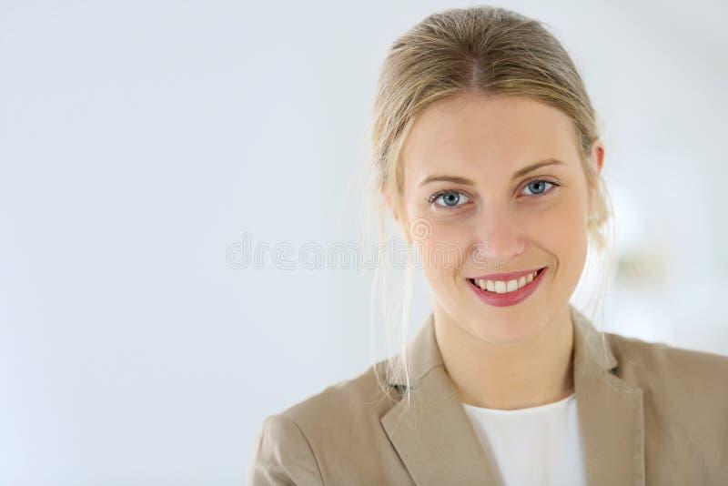 Stående av den unga affärskvinnan royaltyfri bild