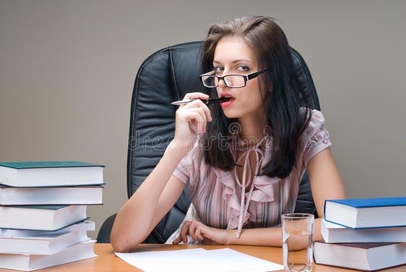 Stående av den unga affärskvinnan på arbetsplats arkivfoto