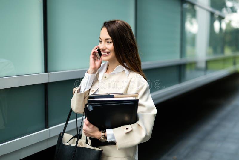 Stående av den unga affärskvinnan som går till kontoret arkivfoton