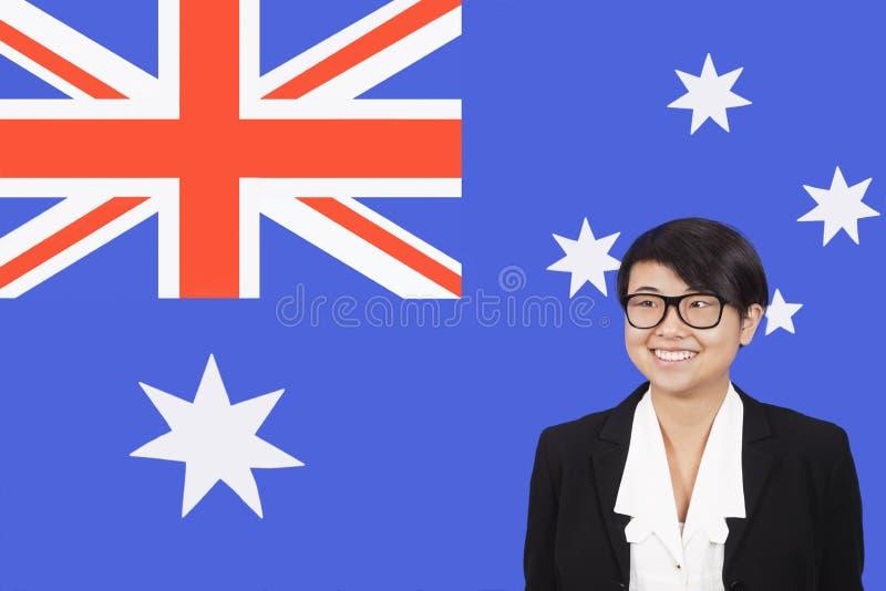 Stående av den unga affärskvinnan som ler över australisk flagga royaltyfria bilder
