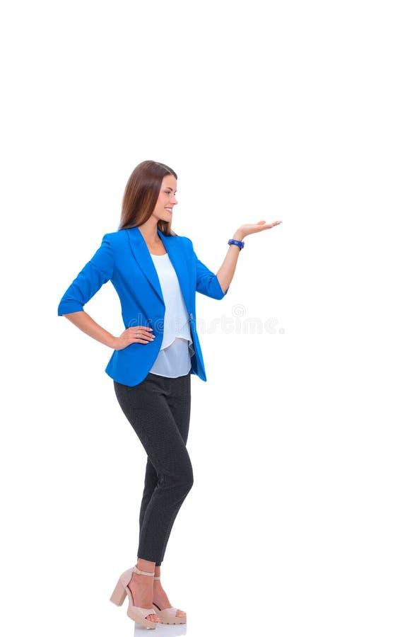 Stående av den unga affärskvinnan som pekar något royaltyfria foton