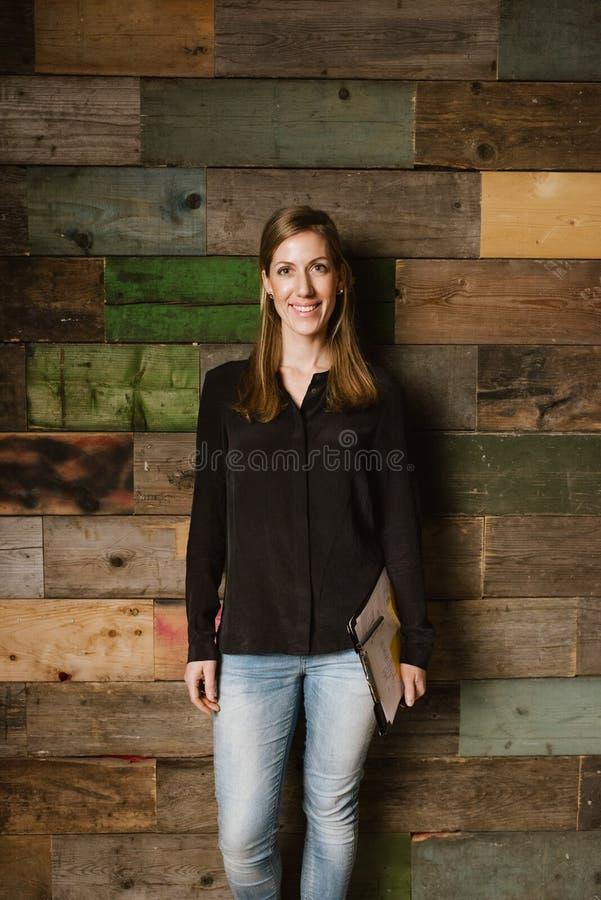 Stående av den unga affärskvinnan som ser lycklig arkivfoto