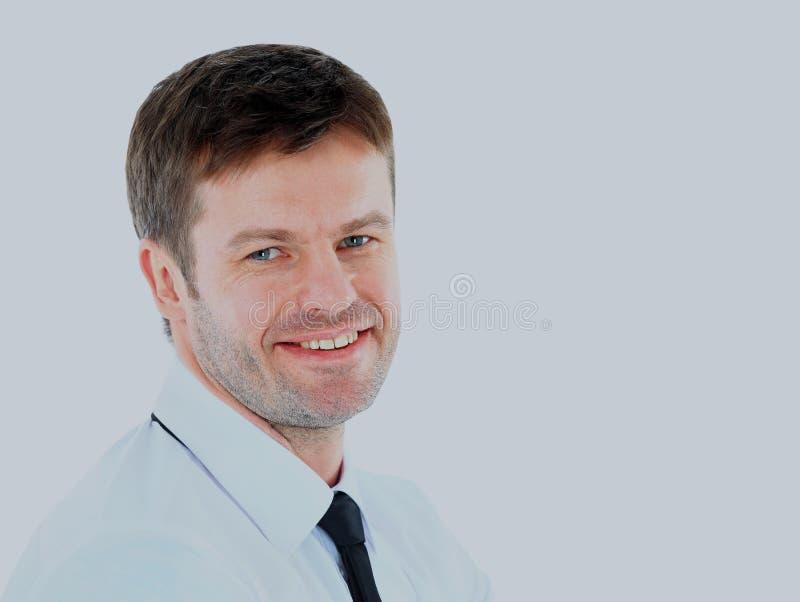 Stående av den unga affärsmannen med vikta händer mot vit bakgrund arkivbilder