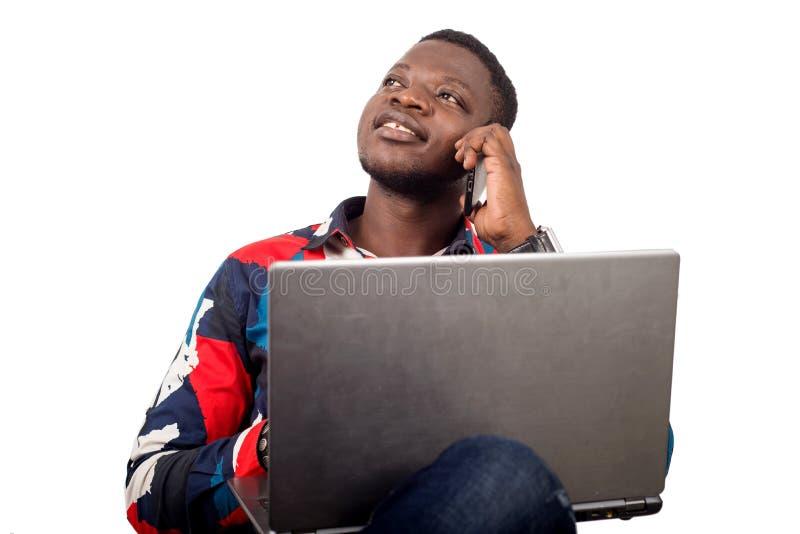 Stående av den unga afrikanen med bärbara datorn royaltyfri fotografi