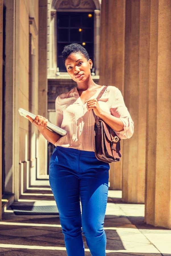 Stående av den unga afrikansk amerikanaffärskvinnan i New York arkivfoto