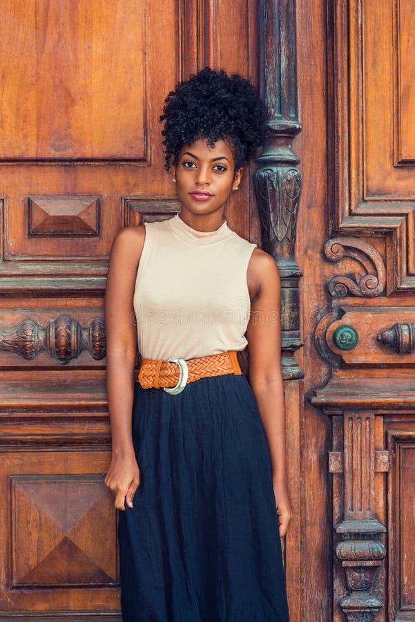 Stående av den unga afrikansk amerikanaffärskvinnan i New York  royaltyfria foton