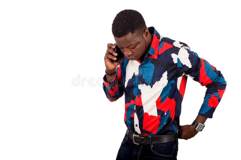 Stående av den unga afrikanska kvinnan med mobiltelefonen royaltyfria foton