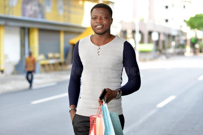 Stående av den unga afrikanska mannen som ler arkivfoton