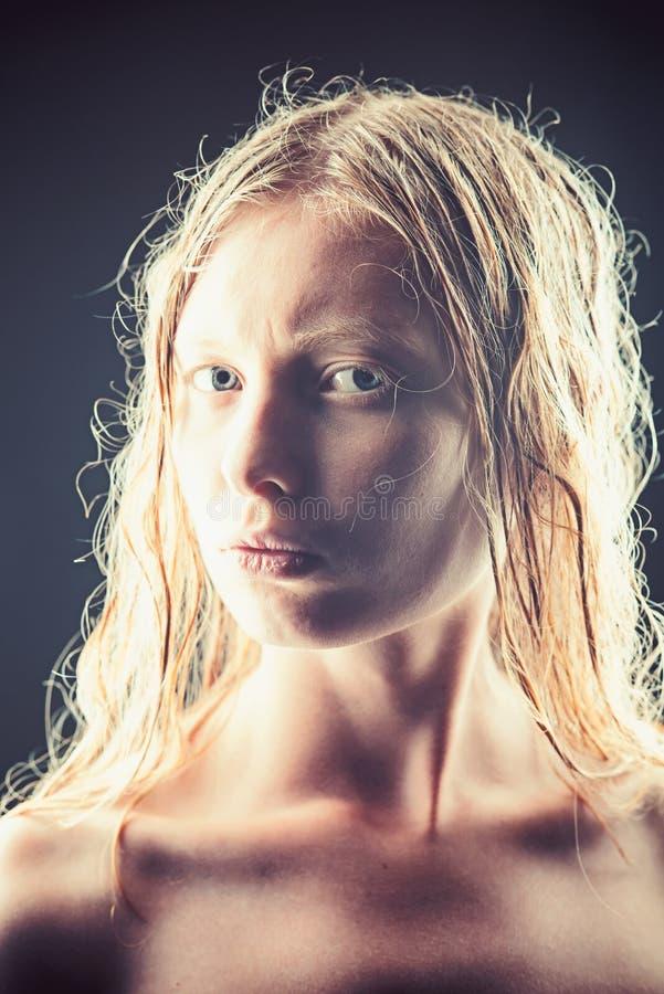 Stående av den unga albinokvinnan med öppna ögon på mörk bakgrund royaltyfri bild