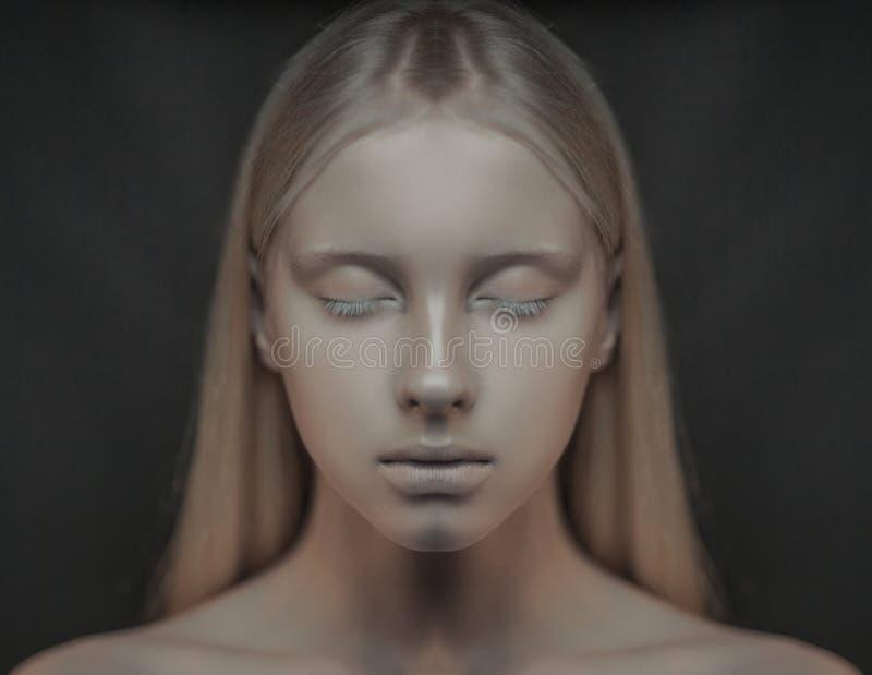 Stående av den unga albinokvinnan med stängda ögon royaltyfri fotografi