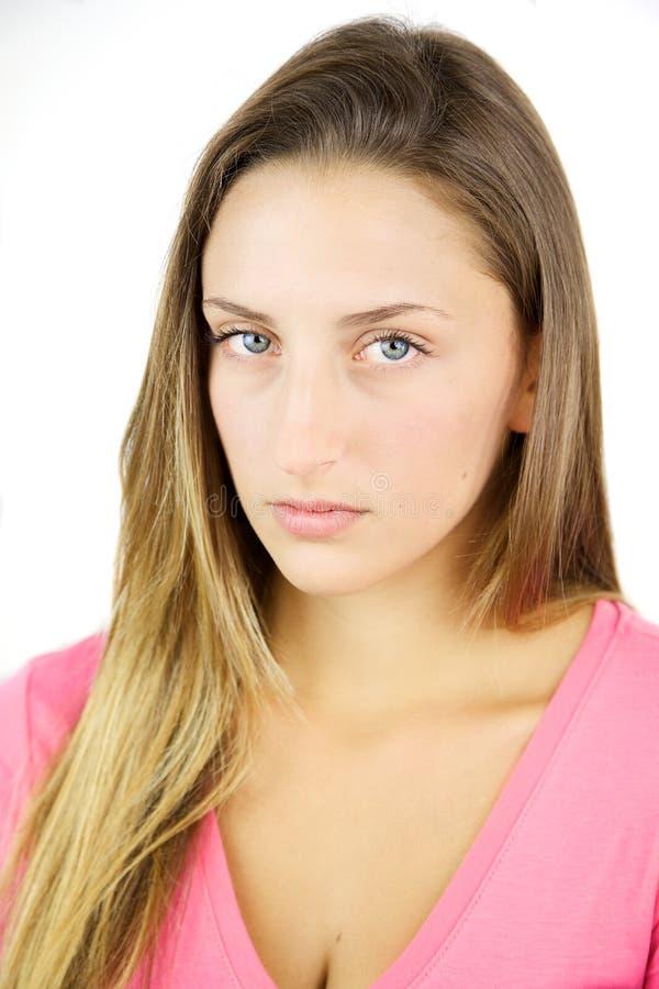 Stående av den unga allvarliga blonda tonåringen med blåa ögon arkivfoto