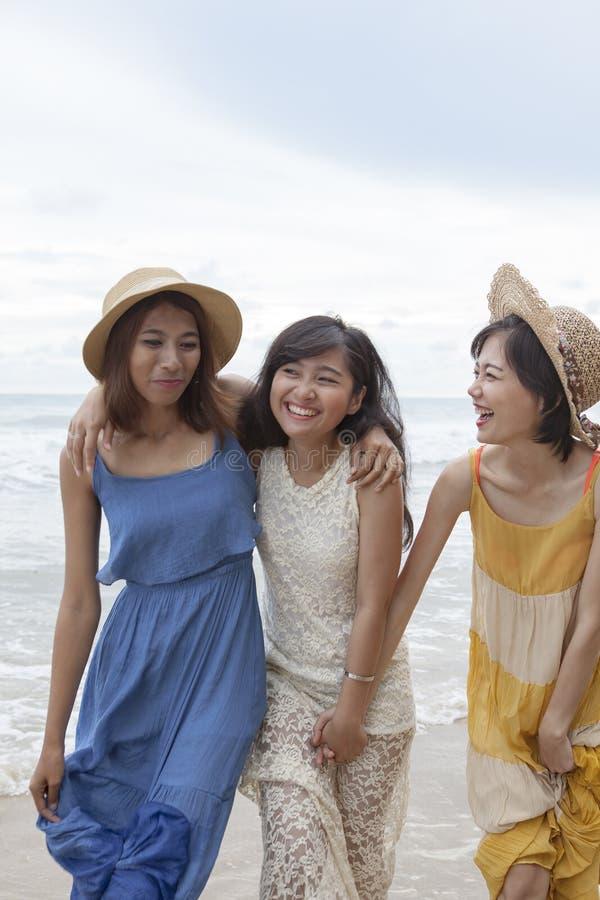 Stående av den unga asiatiska kvinnan med bärande bea för lyckasinnesrörelse royaltyfri foto