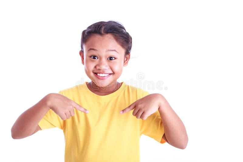 Stående av den unga asiatiska t-skjortan för flickakläderguling som isoleras på whi royaltyfria bilder