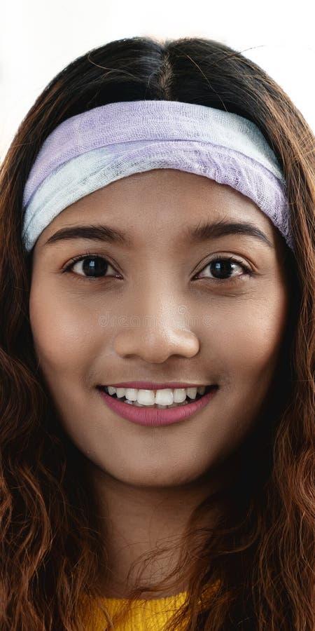 Stående av den unga attraktiva asiatiska idérika kvinnan eller formgivaren som ler och ser kameran i det moderna kontoret som in  royaltyfri fotografi
