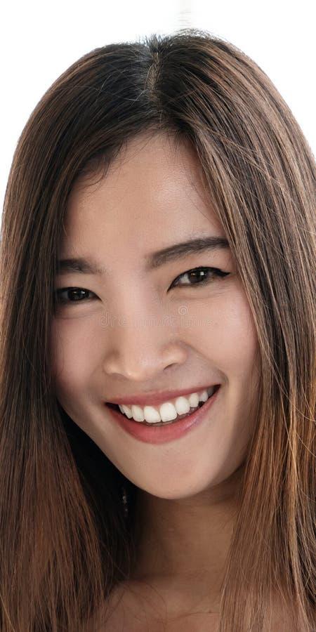 Stående av den unga attraktiva asiatiska idérika kvinnan eller formgivaren som ler och ser kameran i det moderna kontoret som in  royaltyfri bild