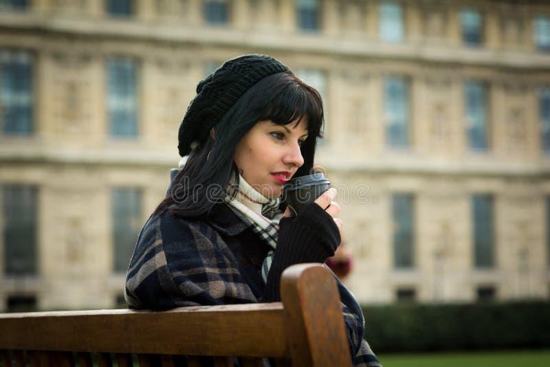 Stående av den unga attraktiva brunetten på semester i den Paris franc royaltyfri foto