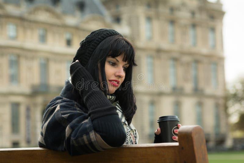 Stående av den unga attraktiva brunetten på semester i den Paris franc royaltyfri fotografi