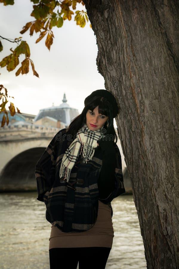 Stående av den unga attraktiva brunetten på semester i den Paris franc royaltyfria foton
