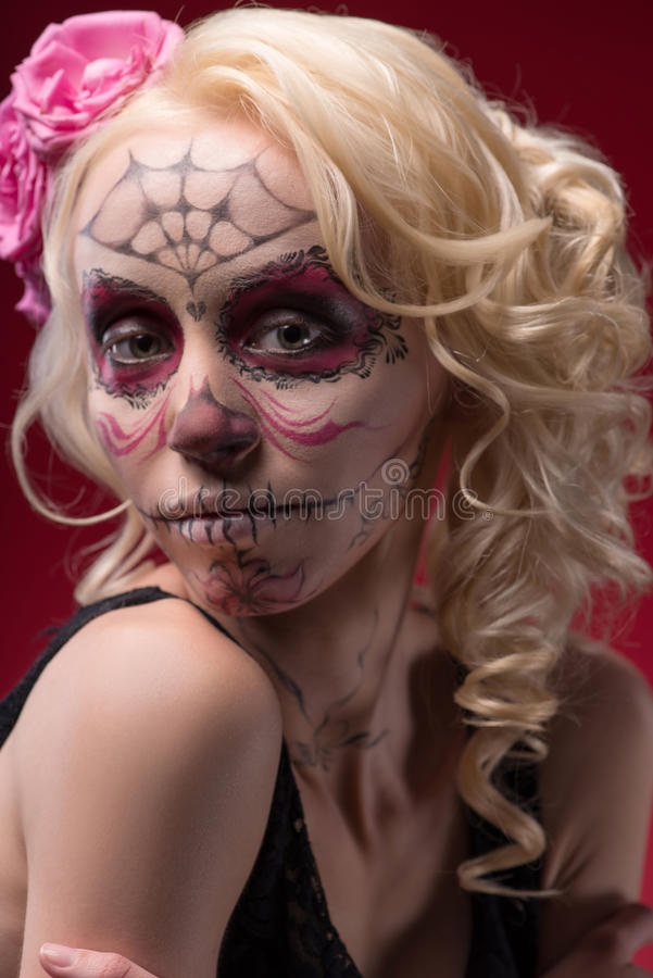 Stående av den unga blonda flickan med Calaveras makeup arkivfoto
