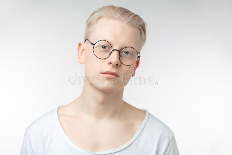 Stående av den unga blonda mannen med sund ren hud Isolerat på vit fotografering för bildbyråer