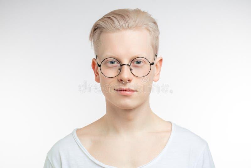 Stående av den unga blonda mannen med sund ren hud På white royaltyfria bilder