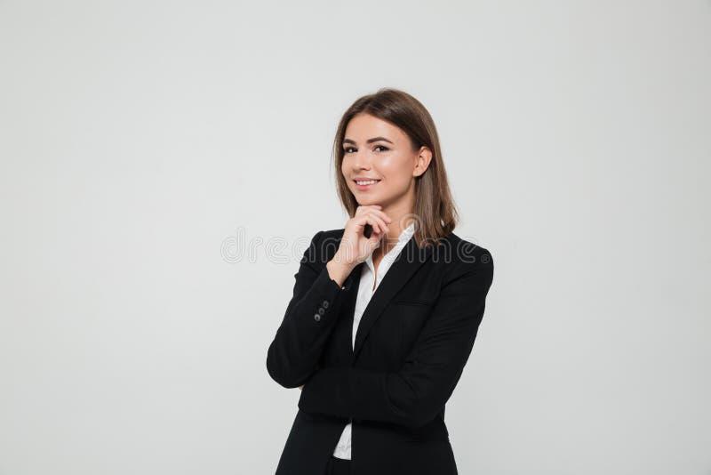 Stående av den unga brunhåriga affärskvinnan i dräkt arkivbilder