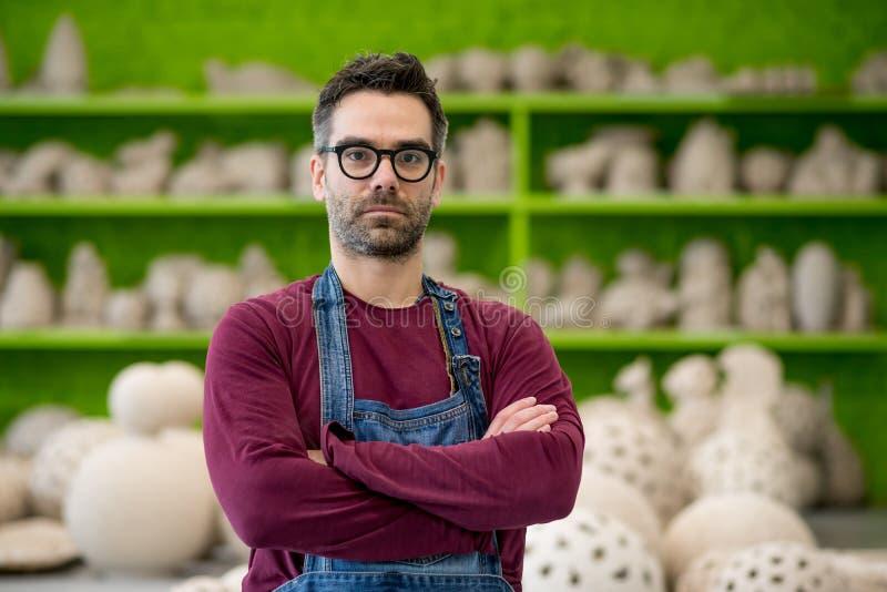 Stående av den unga ceramisten i det moderna keramiska seminariet små och medelstora företagbegrepp royaltyfria foton