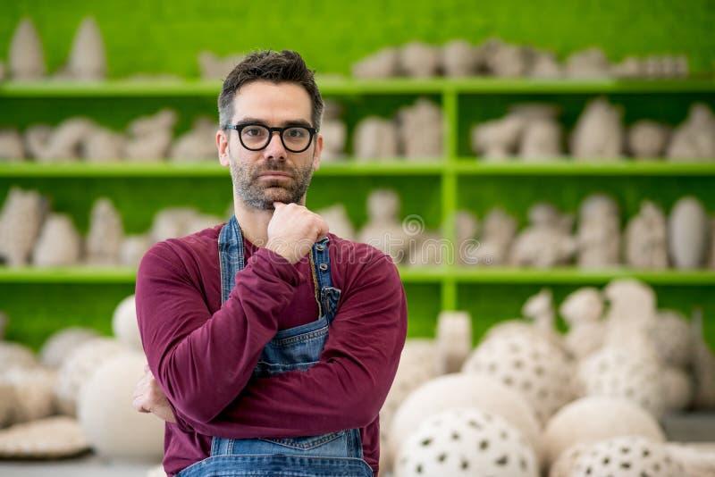 Stående av den unga ceramisten i det moderna keramiska seminariet små och medelstora företagbegrepp arkivfoto