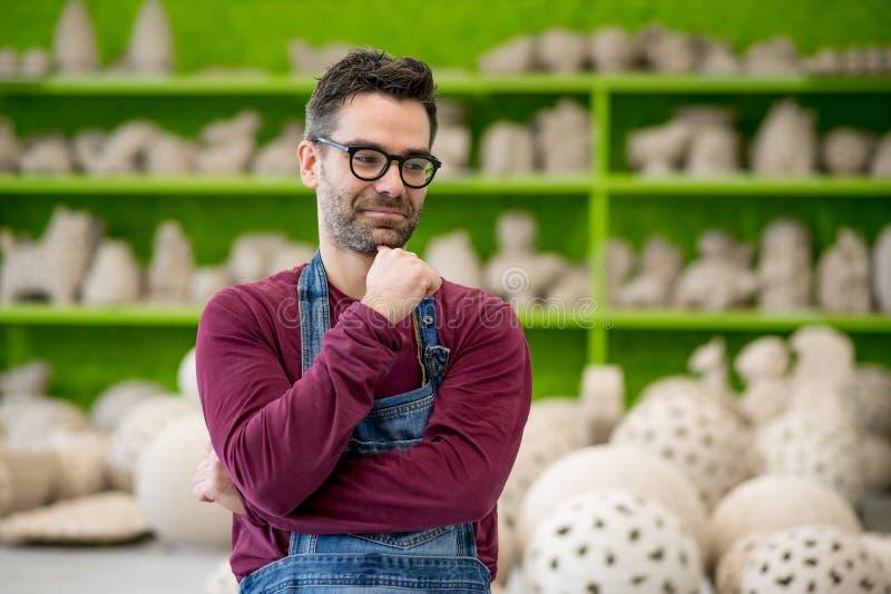 Stående av den unga ceramisten i det moderna keramiska seminariet små och medelstora företagbegrepp royaltyfria bilder