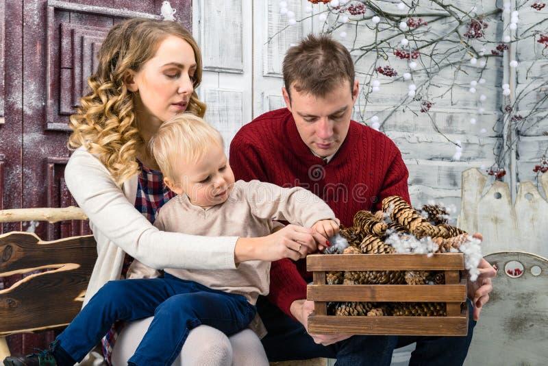 Stående av den unga familjen: mamma, farsa och liten son Alla dem s arkivfoto