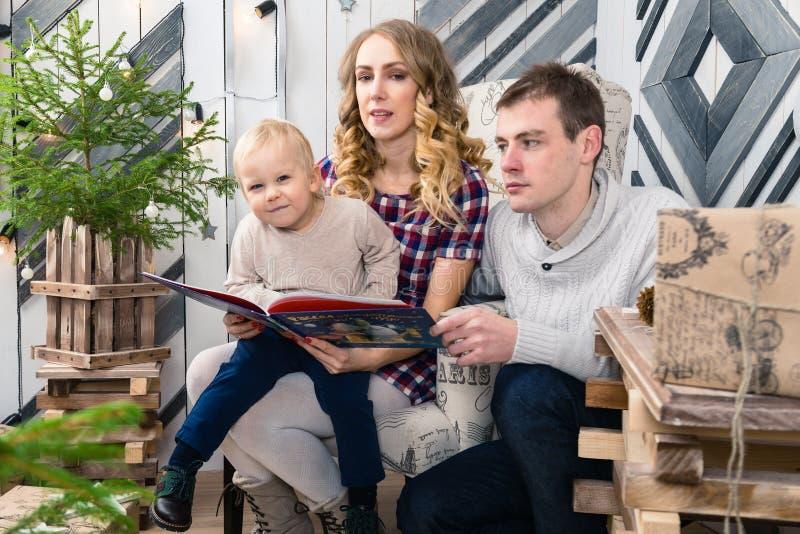 Stående av den unga familjen: mamma, farsa och liten son Alla dem s royaltyfri fotografi