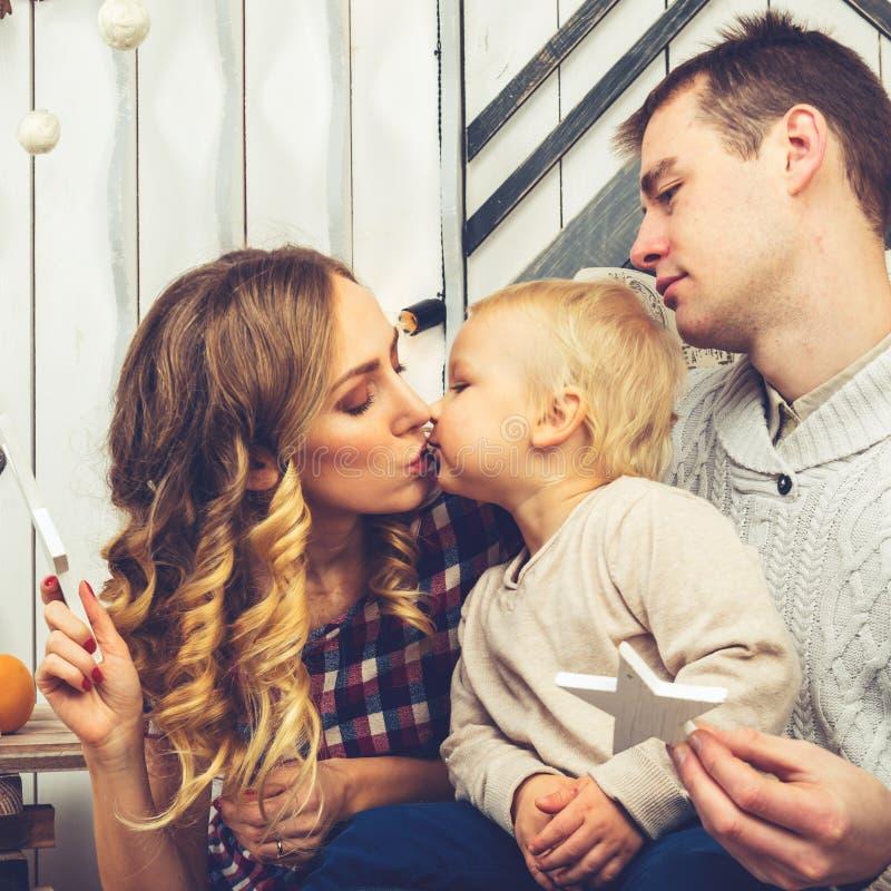 Stående av den unga familjen: mamma, farsa och liten son Alla dem s royaltyfri foto