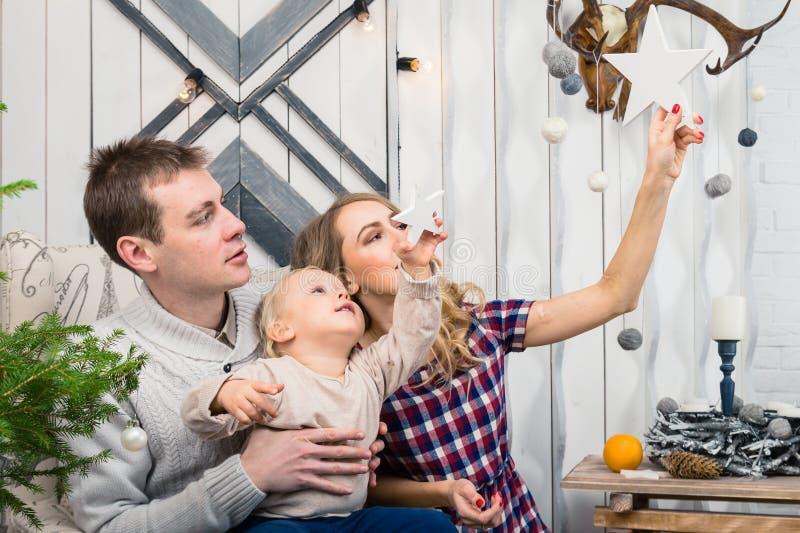 Stående av den unga familjen: mamma, farsa och liten son Alla dem s royaltyfri bild