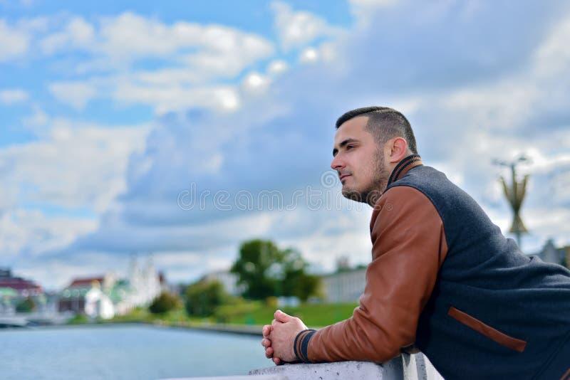 Stående av den unga grabben på solig eftermiddag nära floden i staden royaltyfria foton