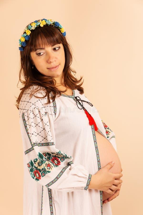 Stående av den unga gravida kvinnan arkivbild
