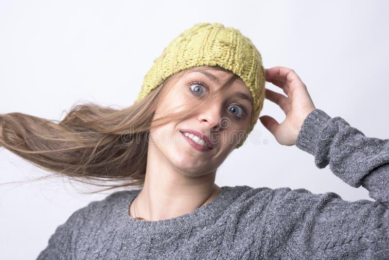 Stående av den unga gulliga flickan med locket och att flyga långt hår på kall blåsväder arkivfoton