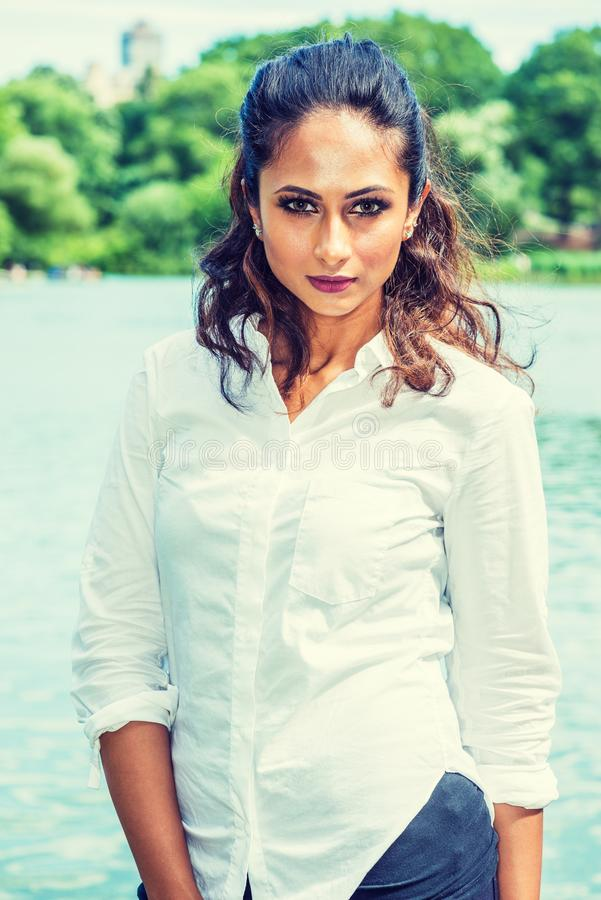 Stående av den unga härliga östliga indiska amerikanska kvinnan i New York royaltyfria bilder