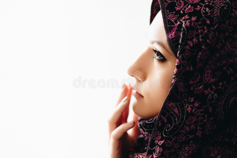 Stående av den unga härliga arabiska mitt - östlig kvinna royaltyfria foton