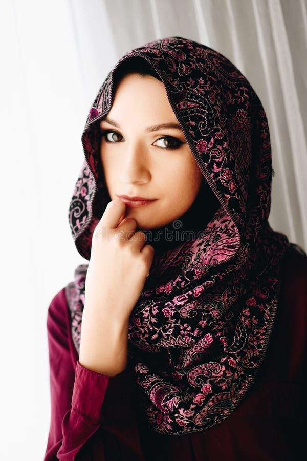 Stående av den unga härliga arabiska mitt - östlig kvinna arkivbilder