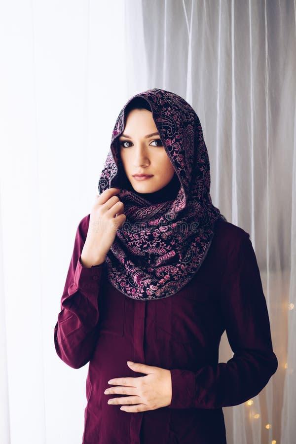 Stående av den unga härliga arabiska mitt - östlig kvinna arkivfoto