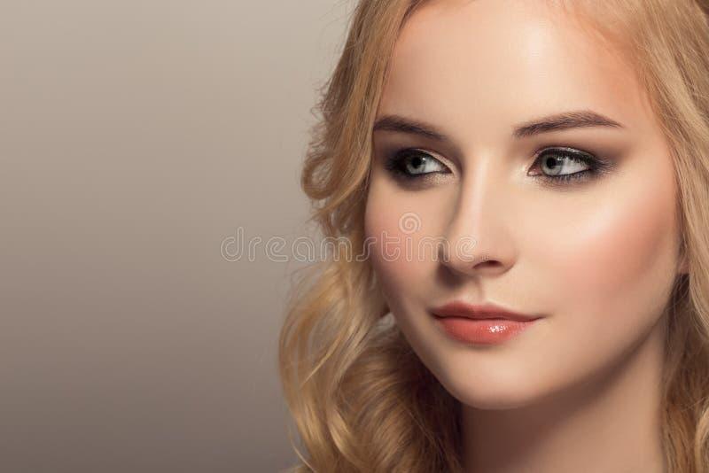 Stående av den unga härliga blonda kvinnan royaltyfri foto