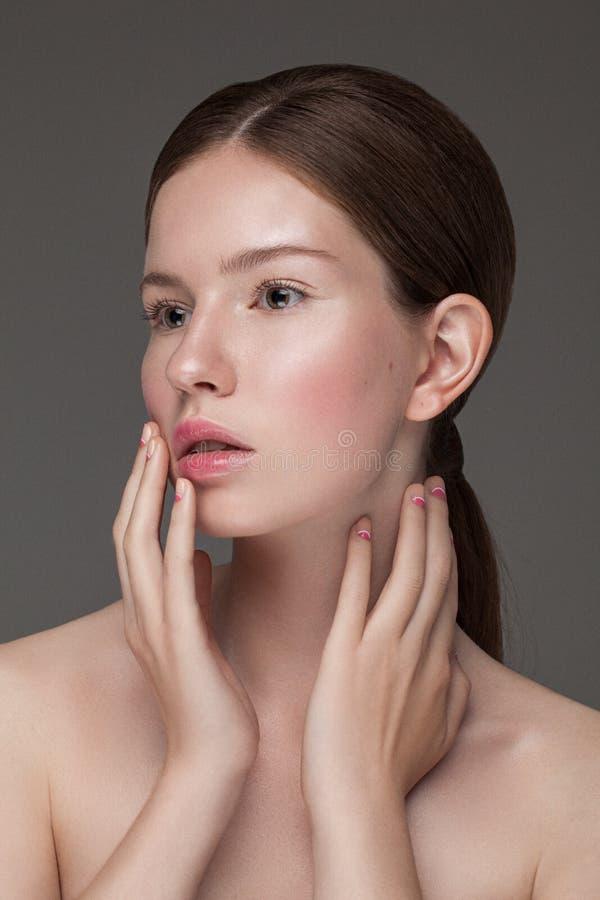 Stående av den unga härliga caucasian modellen med naturlig näck ny daglig makeup arkivbilder