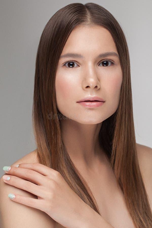 Stående av den unga härliga caucasian modellen med naturlig näck ny daglig makeup royaltyfri bild